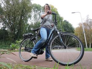 Marieke op haar Ik Fiets e-bike
